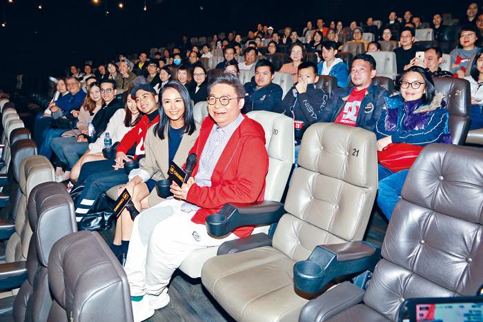 ■湯怡與何遠東代表《廉政風雲 煙幕》,齊到戲院謝票。