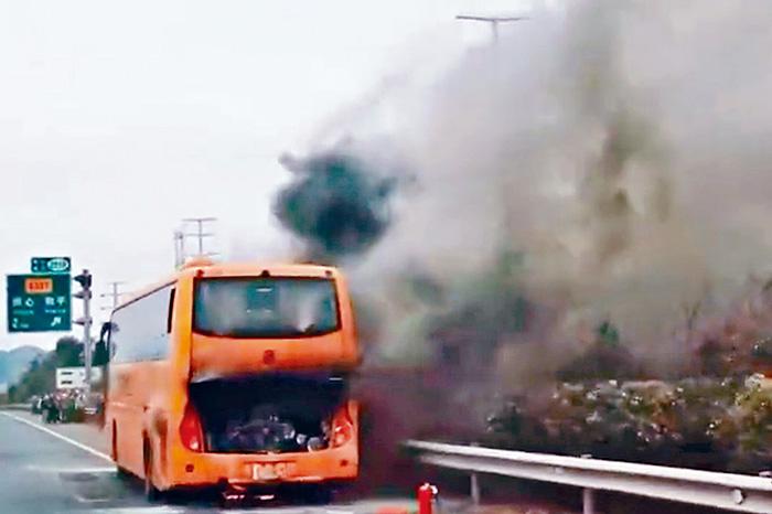 載有港人旅行團的旅巴駛返深圳途中起火,冒出濃煙。網上圖片
