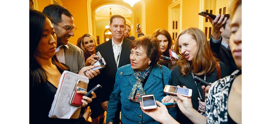 眾議院撥款委員會主席洛伊(中)在預算談判再次開始前被記者包圍詢問。    美聯社