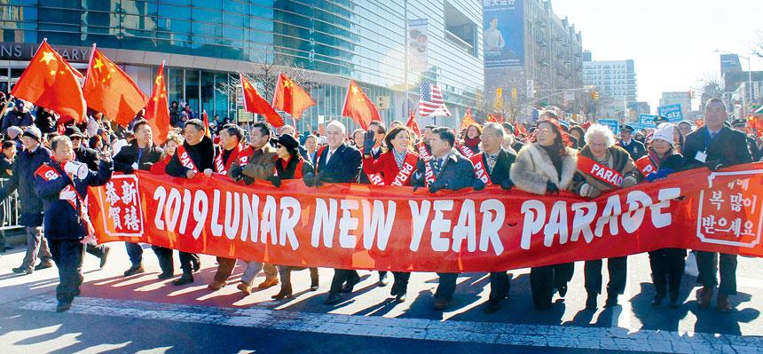 「2019年慶祝農曆新年大遊行」紐約州副州長胡楚,皇后區長卡絲等紐約州市官員和民意代表,華韓社區領袖組成的隊伍,向不同族裔民眾拜年。