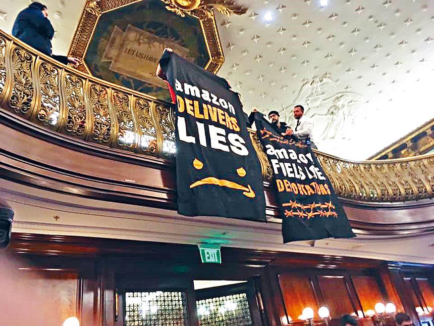 亞裔反暴力聯盟在市議會反對亞馬遜的橫額。