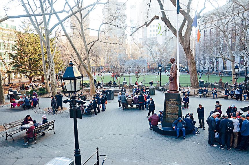 孫中山銅像永久安置在哥倫布公園,並以那一段公園命名為「孫中山廣場」。