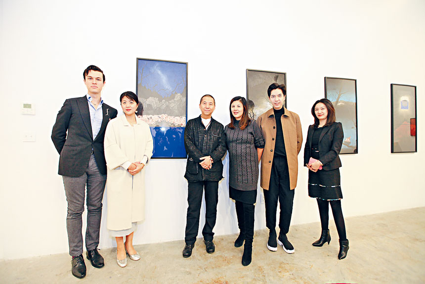 邵泳(中) Crossing Art負責人李昱綺(右三)與策展人員開幕合照。