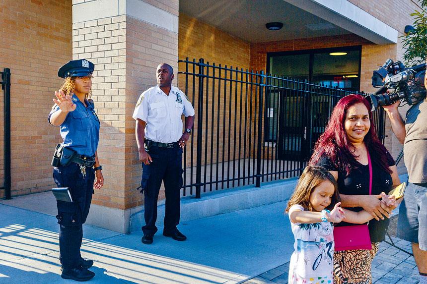 校園保安員被指不成比例地針對少數族裔學生。Mark Abramson/紐約時報