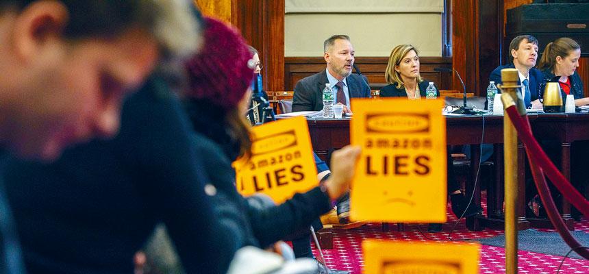 亞馬遜總部計劃惹來大量反對,圖為上月聽證會時的場內示威。Hiroko Masuike/紐約時報