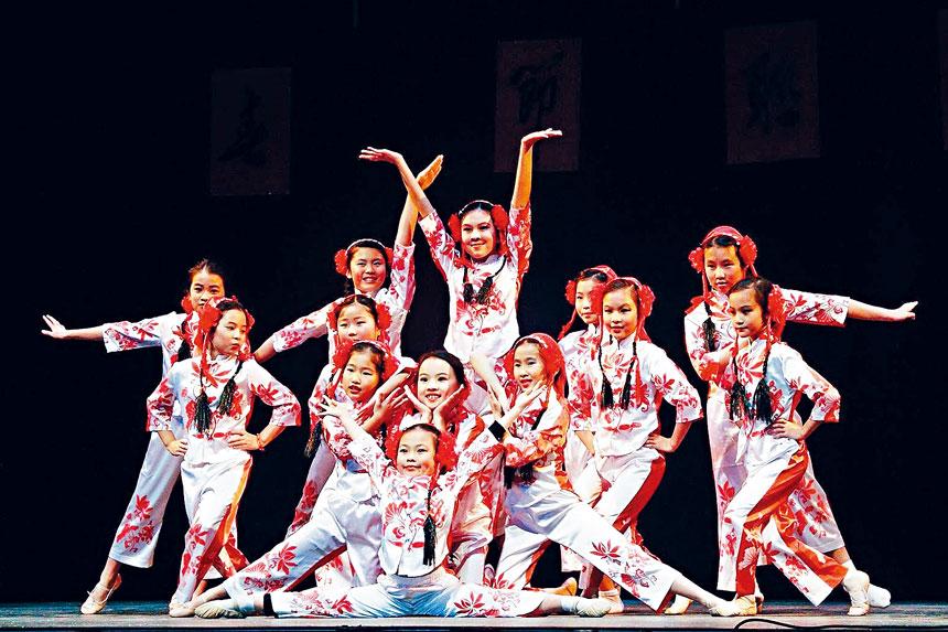 學生們在往年的春晚中表演民族舞蹈。檔案圖片
