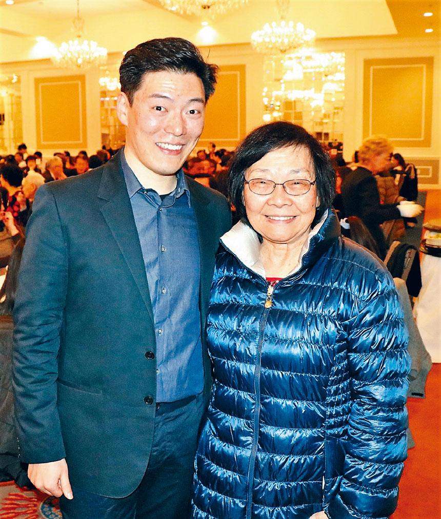 (左起)王凱傑、王瑞雲在年會現場合影。
