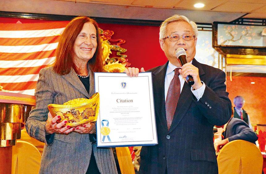 (左起)金伯格財長給陳家驊頒發嘉獎狀。李強攝