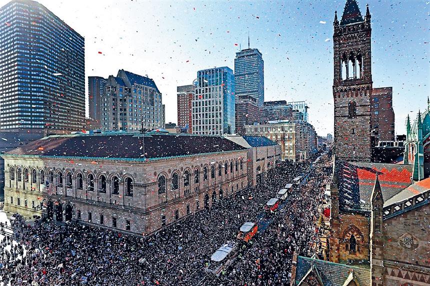 遊行隊伍經過波士頓公共圖書館。