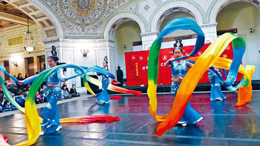 五彩繽紛仙女下凡塵,「飛天舞蹈學院」的年輕舞蹈家,以輕歌曼舞來迎接中國新年,讓芝加哥處處都瀰漫著濃濃的年味。