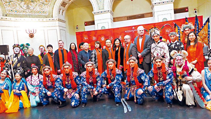 大年初一中華才藝協會在文化中心的慶祝新春活動,出席的嘉賓們與演出工作人員合影。梁敏育攝