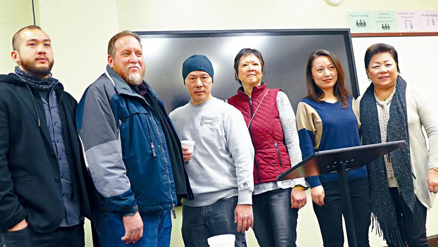 華商會舉辦華埠安全巡邏治安講座活動。圖右起:梅施美英、于樂、黃玉英、李亨利、格力馬杜納、梁世民在活動中合影。梁敏育攝