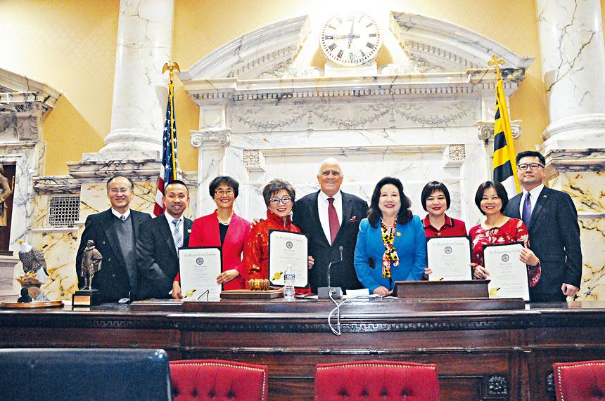 獲獎人士和參議院議長(中)、李鳳遷議員、林力圖議員(左二)合影。