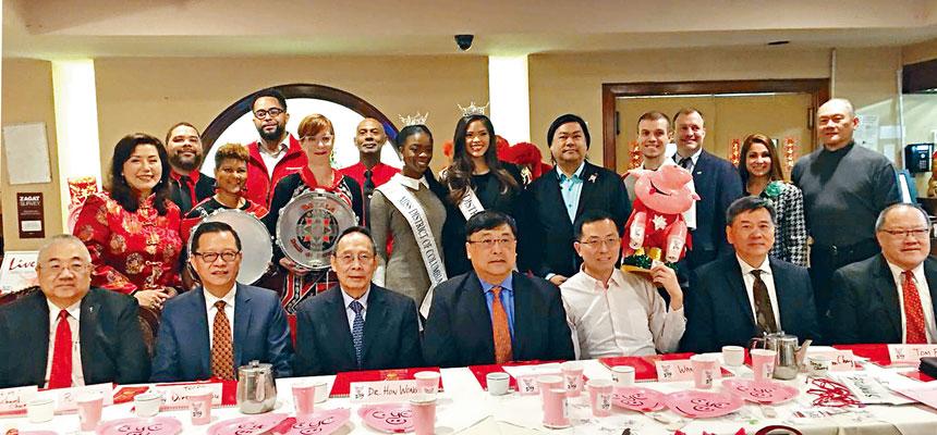 美京中華會館成員與贊助方、遊行隊伍的代表合影。
