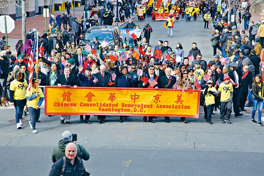 Bowser市長、劉耀聰主席、高碩泰代表等走慶典隊伍的前列。