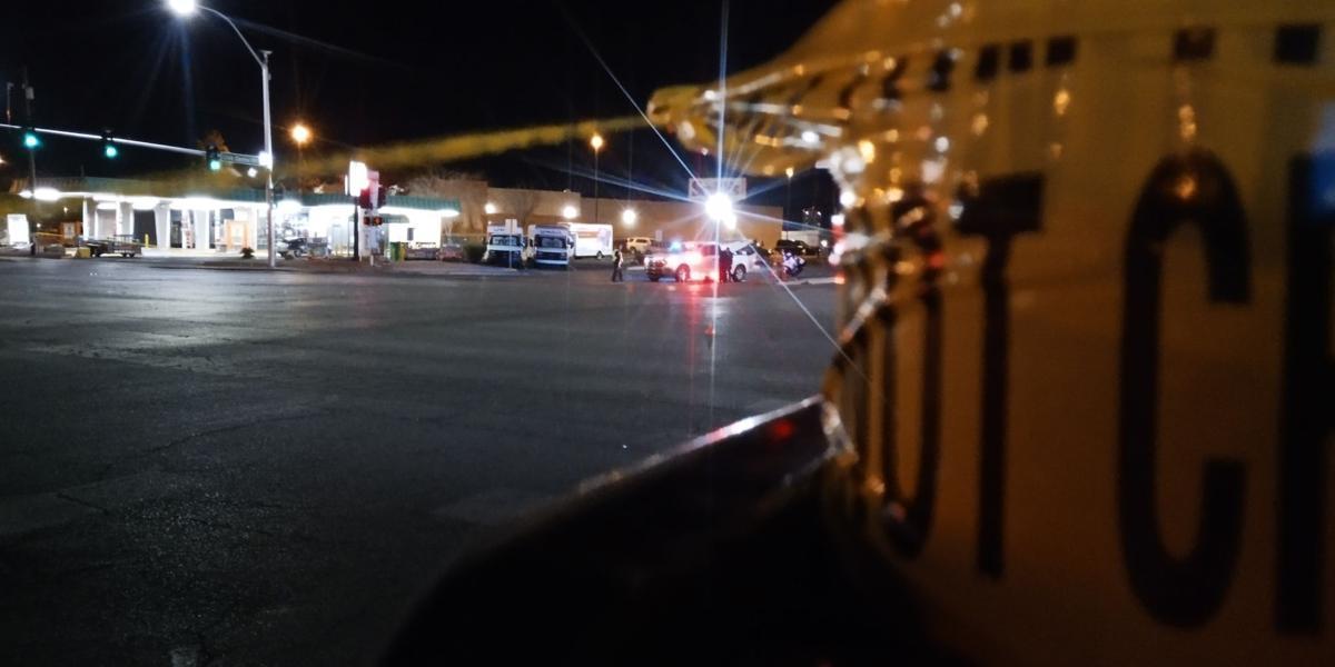 拉斯維加斯北區傳出一起死亡車禍,一位以輪椅代步的28歲女性在過馬路時,竟慘遭當地公車撞死,事故發生時她連輪椅帶人一度被捲入公車底下動彈不得。FOX 5 KVVU-TV