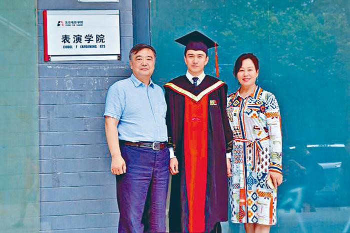 翟天臨晒出博士畢業照片。網上圖片