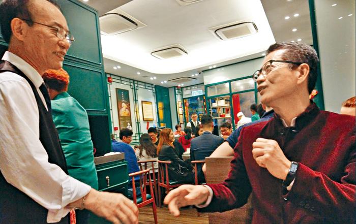 財政司司長陳茂波(右)表示,下年度政府盈餘難復千億水平。網上圖片