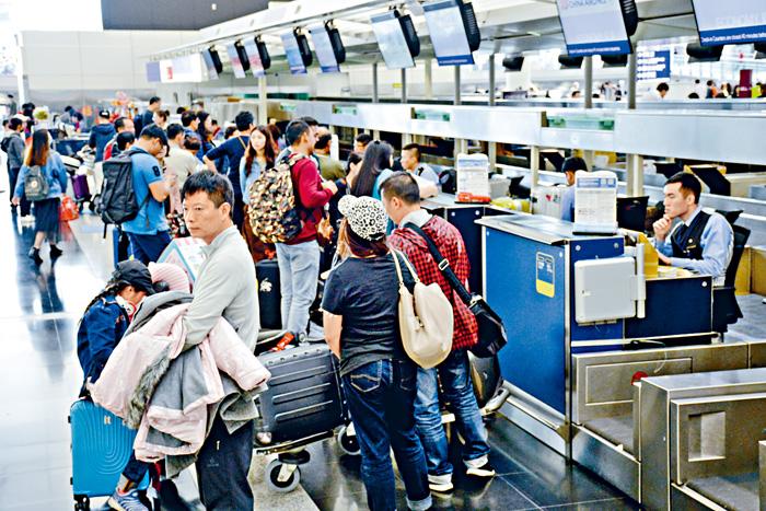 華航罷工,來往港台的航班大受影響。陳鐵剛攝