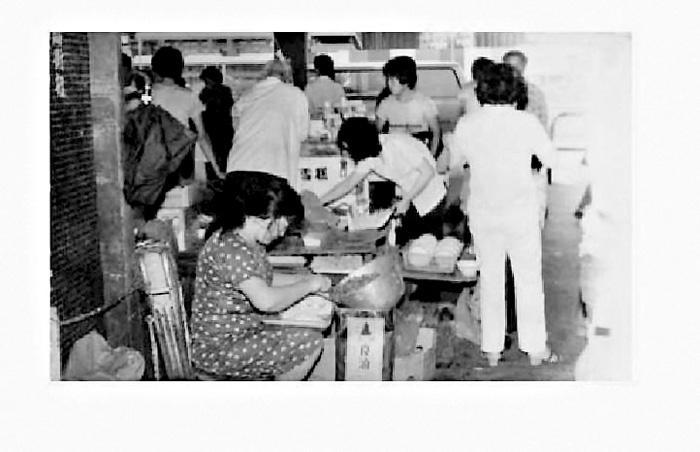 臧姑娘(前)昔日在灣仔碼頭擺檔賣水餃。