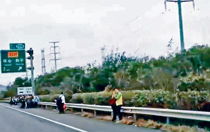 港人旅客逃離車廂,在路邊待援。網上圖片