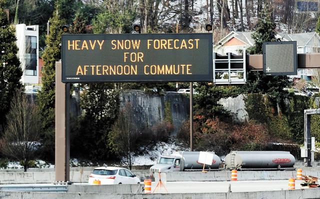西雅圖90號公路豎立告示牌,提醒駕駛人士周五下午要迎來降雪。有關當局發出冬季風暴警告,包括西雅圖。美聯社