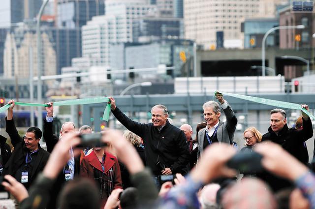 州長英斯利等為新隧道剪綵。Genna Martin/seattlepi.com/美聯社