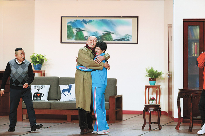 62歲的葛優喊58歲蔡明「媽媽」,深情擁抱。網上圖片