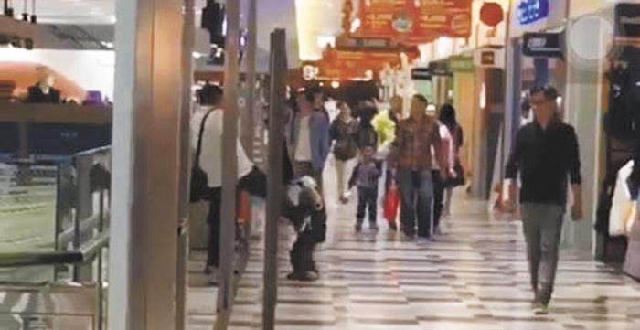 虎父管教調皮兒子,疑腳踹四歲童惹議。網上圖片
