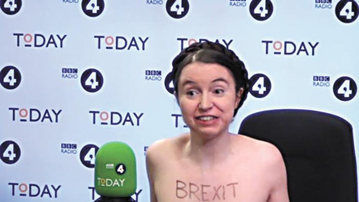 劍橋大學的女經濟學家貝特曼在接受採訪過程中脫掉上衣抗議。網上圖片