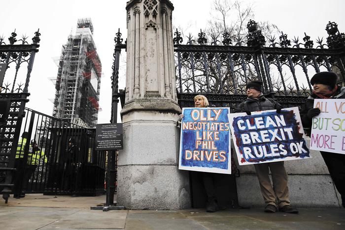 英國脫歐示威者在倫敦市中心的議會大廈外面抗議。法新社資料圖片