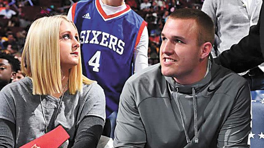 洛杉磯天使隊明星外野手特勞特現身76人隊主場觀看籃球賽。