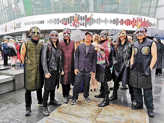 董事長樂團成員,昨日帶著台灣民俗文化面具。蕭青陽工作室提供
