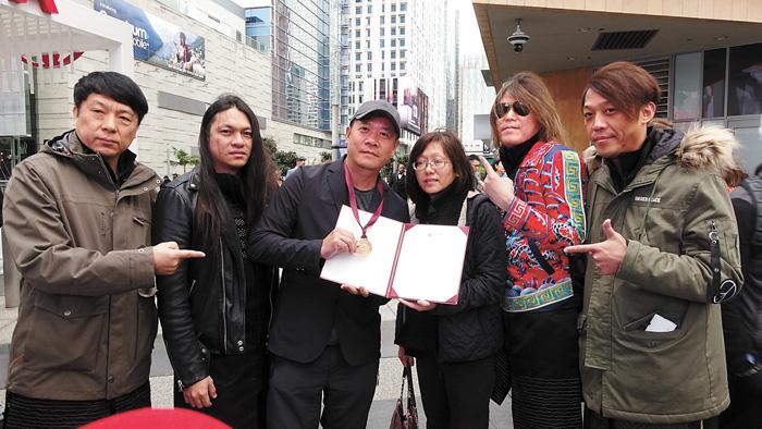 洛杉磯台灣書院主任楊婷幀(右三)為蕭青陽(左三)頒發賀狀。