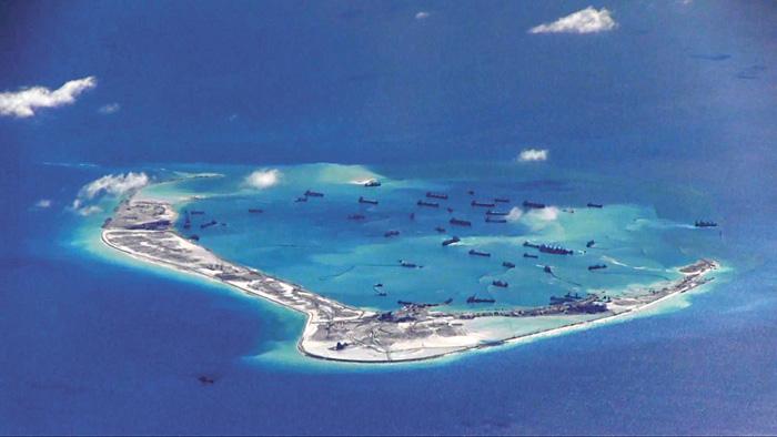 ■美艦11日一度進入中國控制的美濟礁12海里,圖為美偵察機2015年在美濟礁上空拍攝到的中國挖沙船。資料圖片