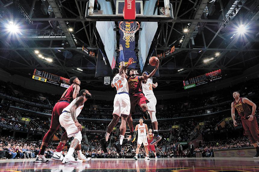 尼克斯和騎士球員在籃網下拚得很兇。Getty Images