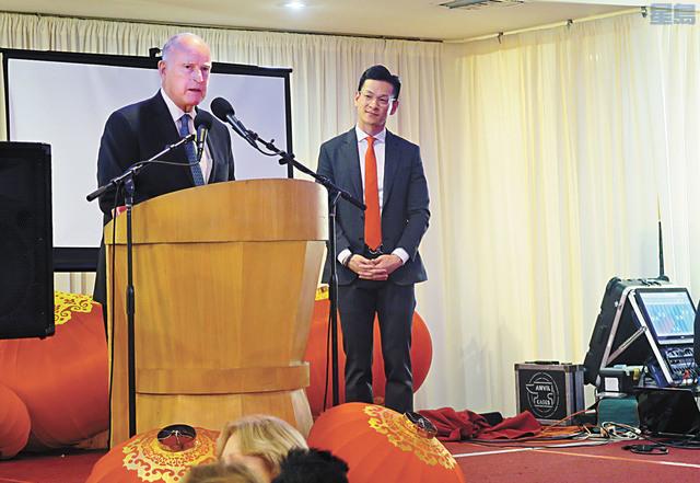 前州長布朗(左)在羅達倫(右)的年度春節團拜中講話。記者王慶偉攝