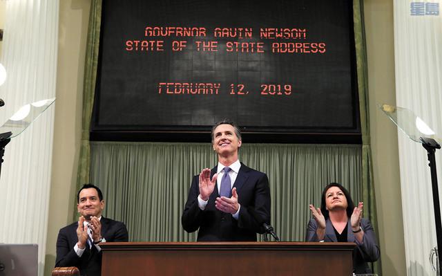 州長紐森在州議會發表州情咨文。左為州眾院議長倫登(Anthony Rendon),右為州參院執行主席阿特金斯(Toni Atkins)。美聯社