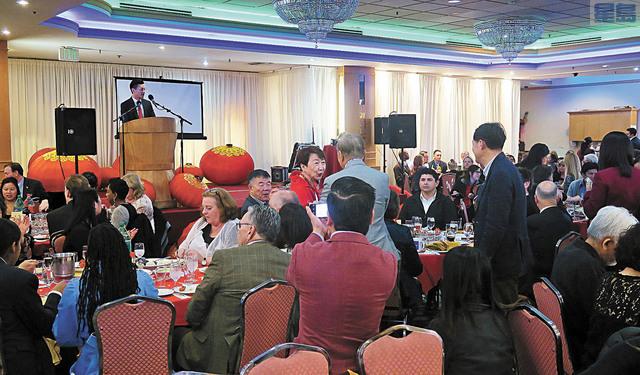 州議員羅達倫(台上)昨晚主持年度春節團拜,700多位來賓與會。記者王慶偉攝