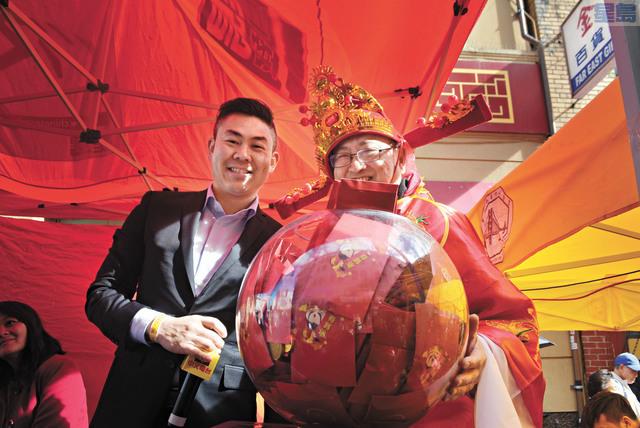 盛滿利是紅包的玻璃球。記者徐明月攝