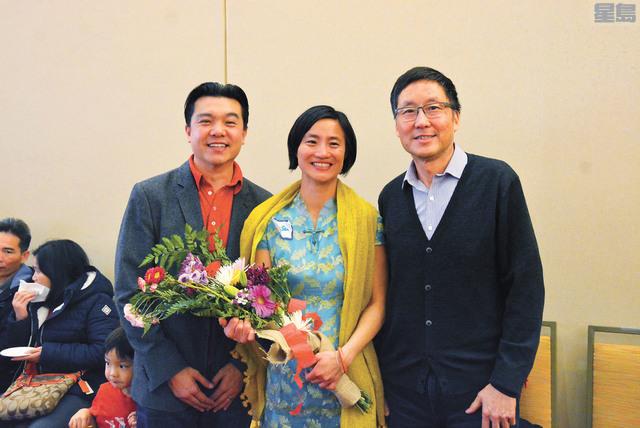 華人進步會行政主任劉茂琦(中)與兩名前任馬兆明(右)和譚大元合照。記者羅雅元攝
