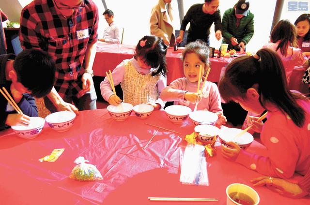 華人進步會舉行新年慶祝活動,圖為小朋友參加夾玻璃球遊戲。記者劉玉姝攝