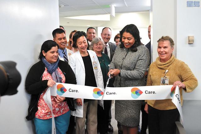 三藩市市長布里德為全新的成人護理中心剪綵。記者徐明月攝