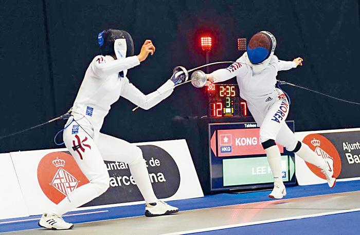 ■江旻憓(左)在重劍決賽以15:12擊敗南韓的李慧仁。國際劍擊總會相片