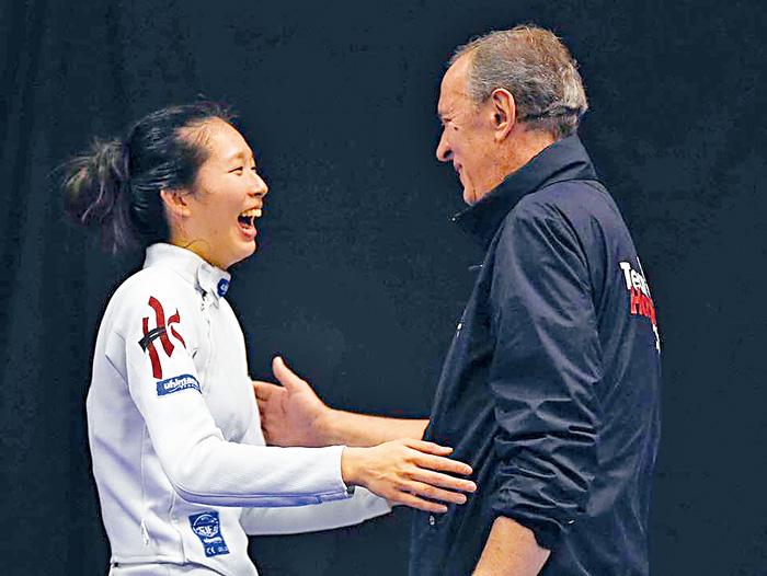 ■Vivian勝出後與教練慶祝。國際劍擊總會相片