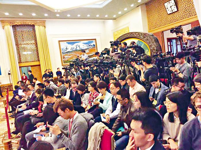 上百中外記者逼爆新疆廳。董秋伊攝