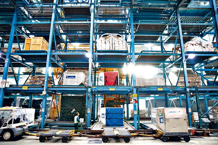 香港國際機場去年共處理三十八萬噸鮮活貨物,按年增長一成二。香港機管局提供