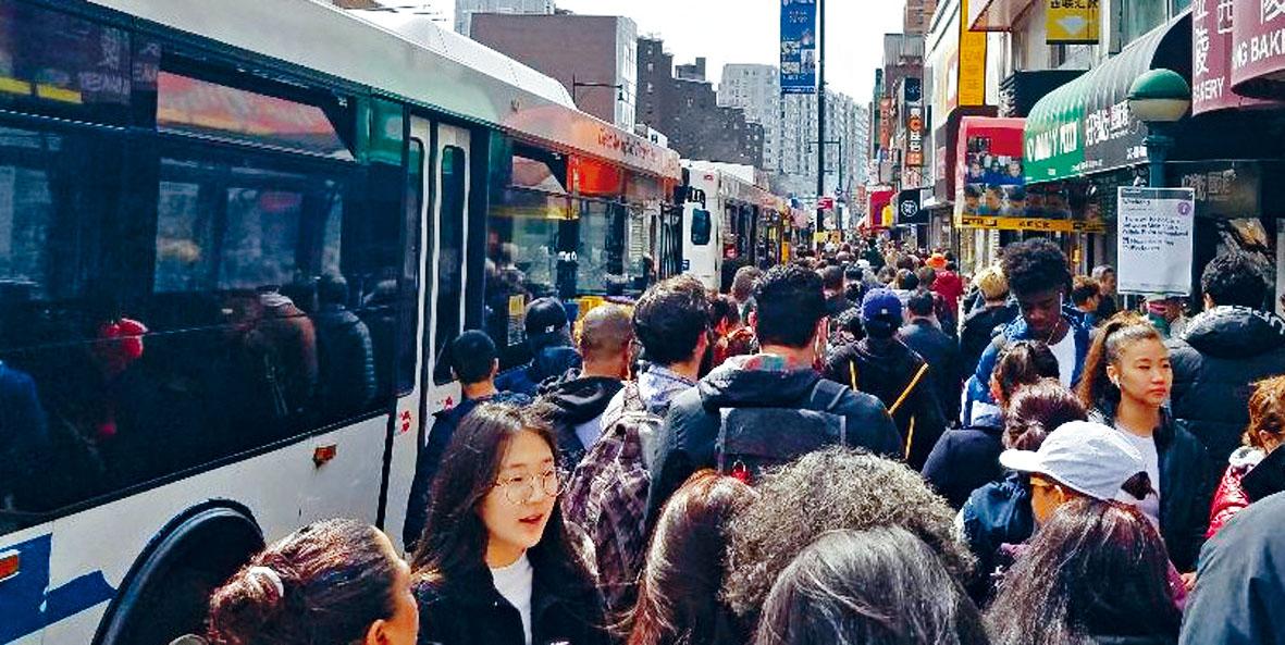 7號地鐵停駛,MTA用穿梭巴士接載乘客,交通大混亂,巴士被困在大塞車路上,近千華人與不同乘客在誤點的王子街夾羅斯福大道穿梭巴士車站苦候。