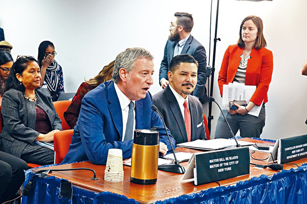 市長白思豪與教育總監卡蘭扎在公聽會上發言。