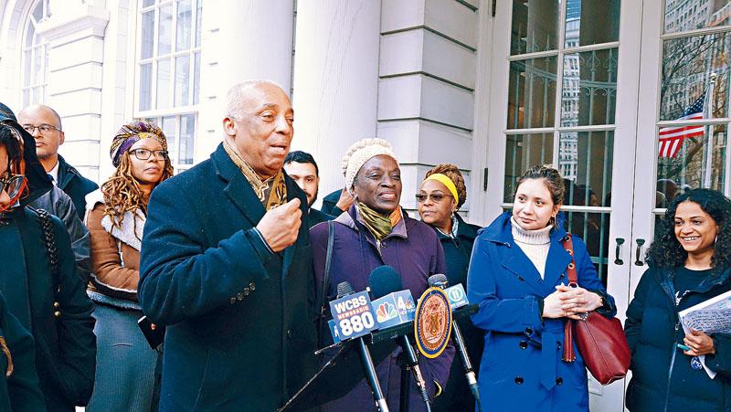 非裔眾議員查爾斯拜倫召集記者會,為特殊高中改革法案造勢。